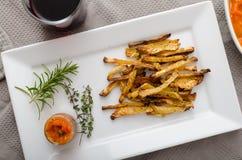 Microplaquetas vegetais saudáveis - batatas fritas beterraba, aipo e cenouras Imagens de Stock