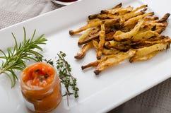 Microplaquetas vegetais saudáveis - batatas fritas beterraba, aipo e cenouras Imagem de Stock Royalty Free