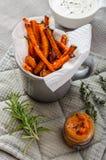 Microplaquetas vegetais saudáveis - batatas fritas beterraba, aipo e cenouras Fotos de Stock Royalty Free