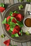 Microplaquetas verdes e vermelhas do Natal festivo de tortilha Fotografia de Stock Royalty Free