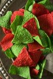 Microplaquetas verdes e vermelhas do Natal festivo de tortilha Imagem de Stock Royalty Free