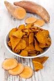 Microplaquetas vermelhas fritadas e cruas da batata Imagem de Stock