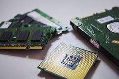 Microprocesador del equipo de escritorio, memoria RAM del ordenador portátil y disco del disco duro del cuaderno en el fondo blan foto de archivo libre de regalías