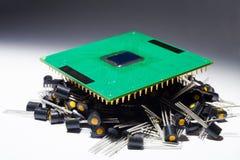 Microprocesador en el montón de transistores fotos de archivo