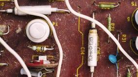 Microprocesador polvoriento viejo del microcircuito con los componentes electrónicos almacen de metraje de vídeo