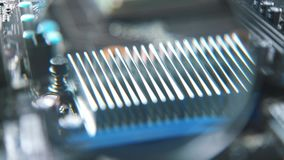 Microprocesador y procesador bajo consideración detallada La placa madre está en curso de reparación almacen de video