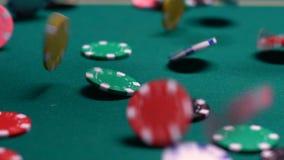 Microprocesadores coloridos que caen en la tabla del casino, combinación que gana del bote, fortuna almacen de video