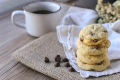 Microprocesadores de chocolate de las galletas con café y el tablero negro en el yute, desayuno, mañana fresca Imagen de archivo