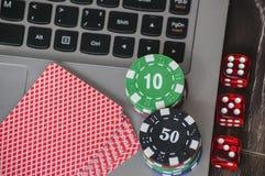 Microprocesadores de juego y dados rojos en fondo del teclado del ordenador portátil Foto de archivo