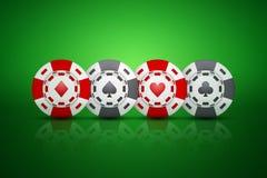 Microprocesadores del casino con símbolos del traje de la tarjeta Foto de archivo libre de regalías