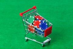 Microprocesadores del casino en carro de la compra en la tabla verde imagen de archivo