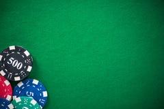 Microprocesadores del casino en el paño vacío verde, fondo del proyector imagenes de archivo