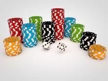 Microprocesadores del casino en la tabla blanca Imagenes de archivo