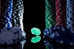 Microprocesadores del casino en la tabla del póker fotos de archivo