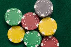 Microprocesadores del casino en la tabla verde fotos de archivo