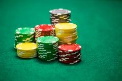 Microprocesadores del casino en la tabla verde imagen de archivo libre de regalías