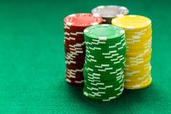 Microprocesadores del casino en la tabla verde imagen de archivo