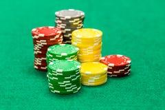 Microprocesadores del casino en la tabla verde imagenes de archivo