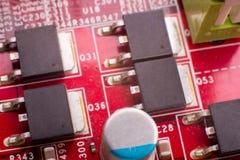 Microprocesadores y condensadores en el tablero fotografía de archivo