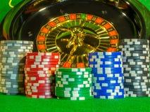 Microprocesadores y dados para jugar la veintiuna de juego de la ruleta del póker de la tabla y el resto imágenes de archivo libres de regalías