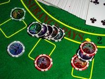 Microprocesadores y dados para jugar la veintiuna de juego de la ruleta del póker de la tabla y el resto foto de archivo libre de regalías
