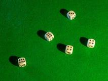 Microprocesadores y dados para jugar la veintiuna de juego de la ruleta del póker de la tabla y el resto fotografía de archivo