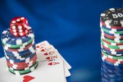Microprocesadores y tarjeta de juego del póker en fondo azul del espejo Imagen de archivo