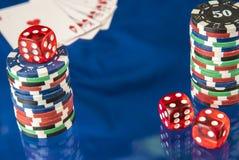 Microprocesadores y tarjeta de juego del póker en fondo azul del espejo Fotografía de archivo