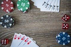 Microprocesadores y tarjeta de juego del póker en fondo de madera Imagen de archivo libre de regalías