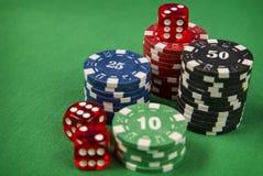 Microprocesadores y tarjeta de juego del póker en fondo del fieltro del verde Imagenes de archivo