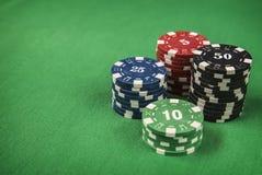 Microprocesadores y tarjeta de juego del póker en fondo del fieltro del verde Fotografía de archivo libre de regalías