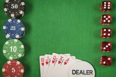 Microprocesadores y tarjeta de juego del póker en fondo del fieltro del verde Foto de archivo libre de regalías