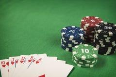 Microprocesadores y tarjeta de juego del póker en fondo del fieltro del verde Fotografía de archivo