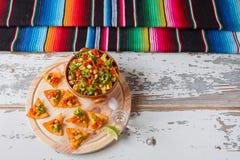 Microprocesadores y verduras de los Nachos en una cal del tequila del cuenco de la loza de barro Imágenes de archivo libres de regalías