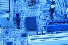 Microprocessador integrado do microchip do semicondutor no representante azul da placa de circuito da elevação - indústria da tec Imagens de Stock Royalty Free