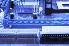 Microprocessador integrado do microchip do semicondutor no representante azul da placa de circuito da elevação - indústria da tec Fotografia de Stock
