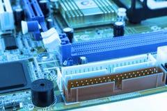 Microprocessador integrado do microchip do semicondutor no representante azul da placa de circuito da elevação - indústria da tec Fotografia de Stock Royalty Free