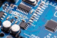 Microprocessador na placa de circuito azul Imagem de Stock Royalty Free