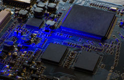 Microprocesseur sur la carte bleue Plan rapproché d'une puce d'ordinateur Photographie stock