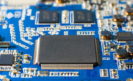 Microprocesseur sur la carte bleue Plan rapproché d'une puce d'ordinateur Photos stock
