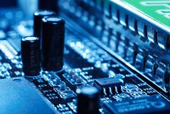 Microprocessor met motherboard achtergrond De spaanderkring van de computerraad Het concept van de micro-elektronicahardware royalty-vrije stock afbeeldingen