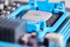 Microprocessore di macrofotografia installato sulla scheda madre immagini stock