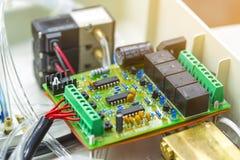 Microprocessore integrato del microchip a semiconduttore su circ verde fotografie stock libere da diritti