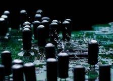 Microprocessore integrato del microchip a semiconduttore sul circuito blu immagini stock libere da diritti