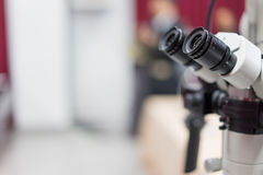 Microscópio ótico em um hospital em ciência avançada fotografia de stock royalty free