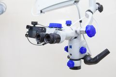 Microscópio binocular endodontic dental profissional Foto de Stock Royalty Free