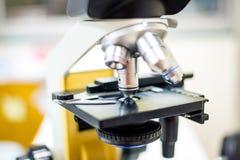 Microscópio biológico científico fotografia de stock royalty free