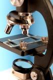 Microscópio com uma corrediça vazia sobre imagens de stock royalty free