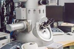 Microscópio de elétron da transmissão em um laboratório científico foto de stock