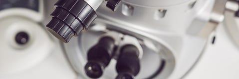 Microscópio de elétron em uma BANDEIRA científica do laboratório, formato longo da transmissão fotos de stock